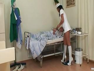 Медсестра классно трахает престарелого пациента