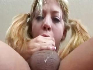 Толстый хуй кончил в рот блондинке