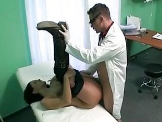 Медленно доводит пациентку до оргазма в больнице