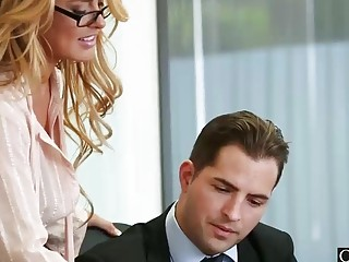 Длинноволосая блондинка соблазняет шефа