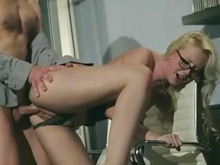 Девка сосет в офисе пенис своего начальника