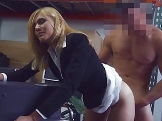 Блондинка ебется с партнером в офисе
