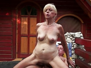 Mature Szuzanne plays with a..