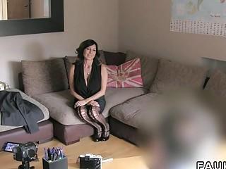 Грудастая домохозяйка готова сняться в порно